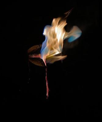 レインボーフレイムで青い炎を上げるスウェディッシュトーチ
