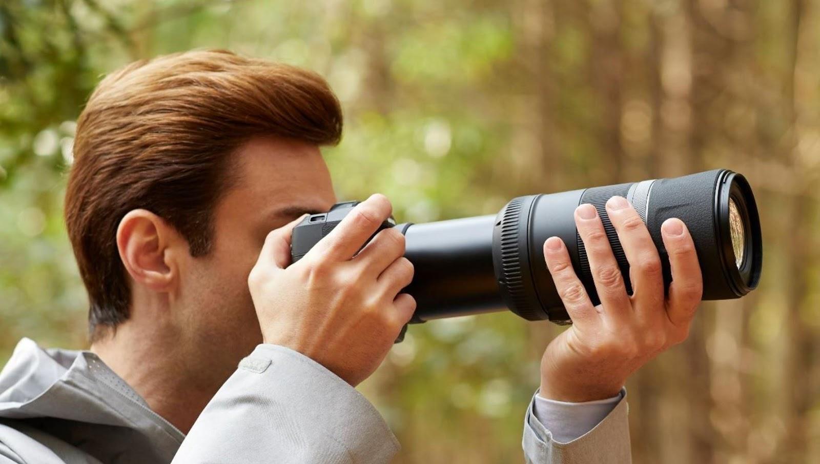 Фотограф в камерой в руках
