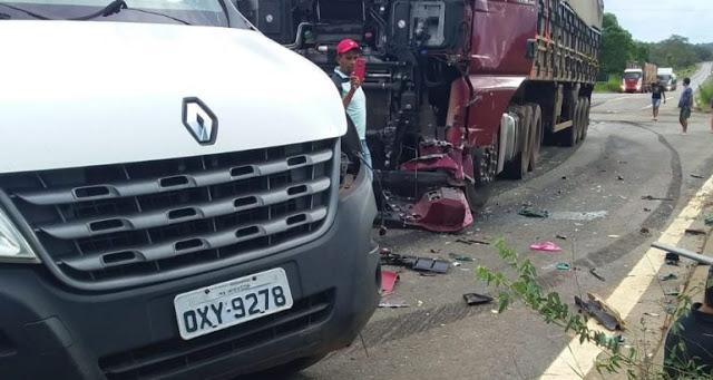 Acidente entre carreta e van deixa oito mortos no Maranhão