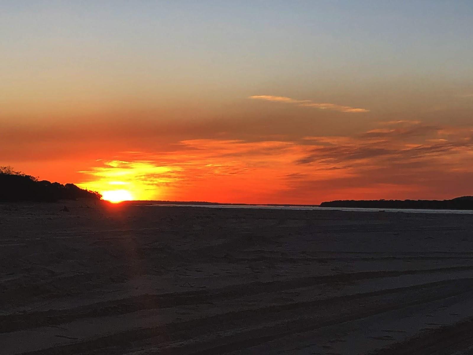 Plaża Rainbow Beach w Australii o zachodzie słońca