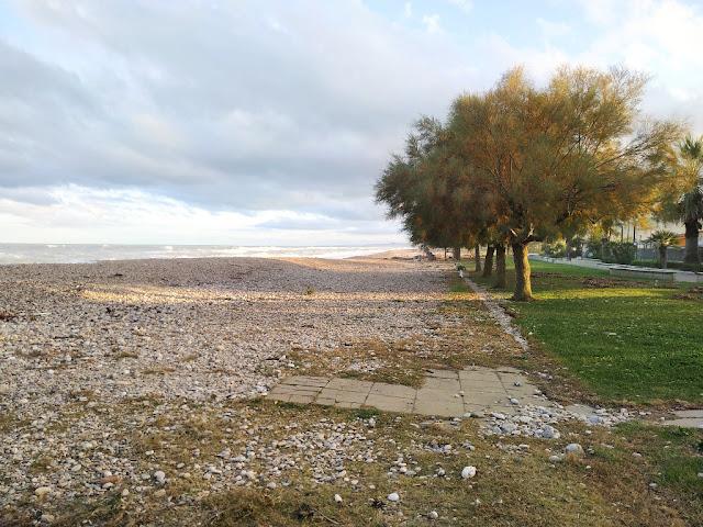 Lungomare della frazione di Scerne Comune di Pineto immagine della Spiaggia ghiaiosa a Novemnre 2019 Scerne