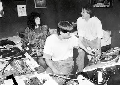 Konzentrierte Arbeit im Tonstudio bei der ersten Bürgerfunk-Sendung im Juli 1992. Vorne an der Technik: Detlef Sawatzki, dahinter Elke Kaiser und Michael Winkler. (Foto: Christian Lukas)