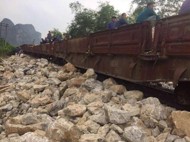 Sau lũ, tàu khách qua Quảng Bình chỉ còn chậm 1 tiếng