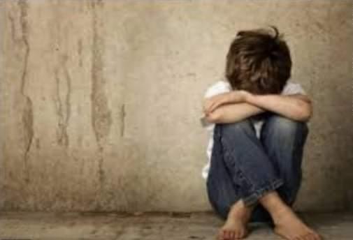 عامل يعتدي على طفل بالضرب بسبب لهو الأطفال بسوهاج