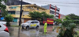 Berikan Pelayanan Prima Ditengah Hujan, Satlantas Polres Pelabuhan Makassar lakukan Pengaturan Lalu lintas