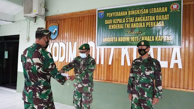 Komandan Kodim 1011/Kuala Kapuas Membagikan Bingkisan Lebaran