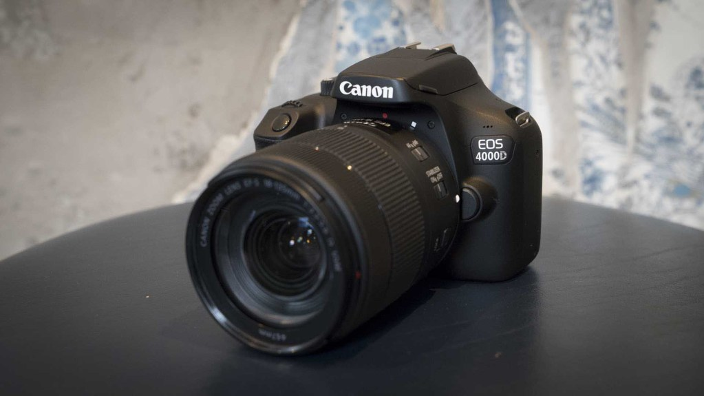 Canon EOS 4000D, вид спереди