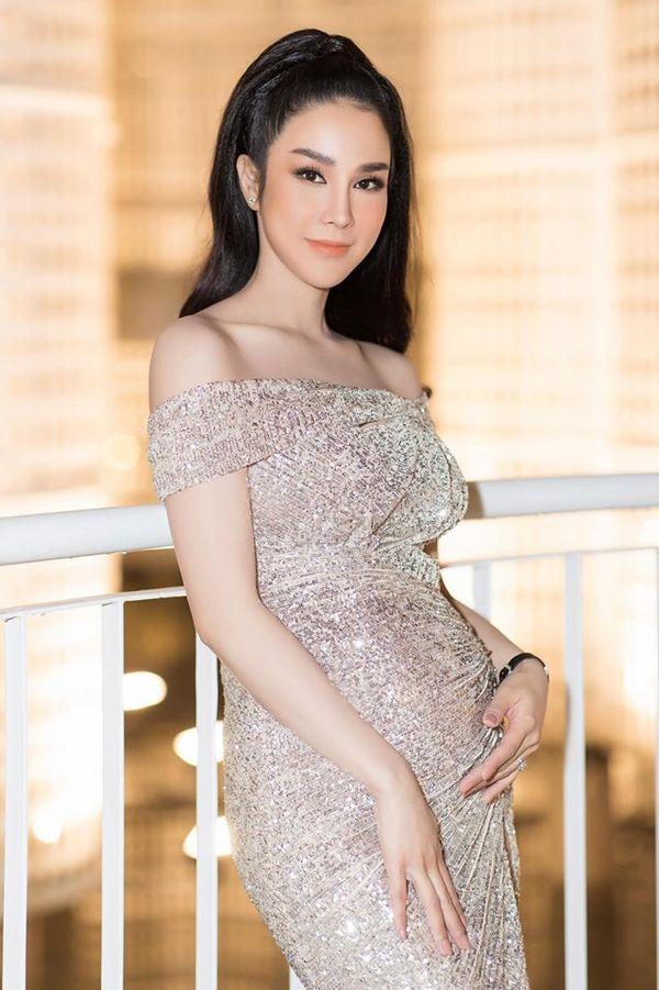 Diệp Lâm Anh mặc bikini khoe bụng bầu 4 tháng khiến fan khen lấy khen để