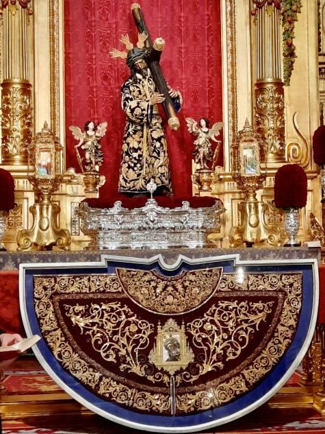 Morante de la Puebla dona su capote más preciado al Gran Poder de Sevilla