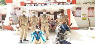 थाना गोहन पुलिस ने चेकिंग के दौरान चोरी गई मोटर साइकिल व अबैध असलाह के साथ अभियुक्त को गिरफ्तार किया -पुलिस अधीक्षक जालौन