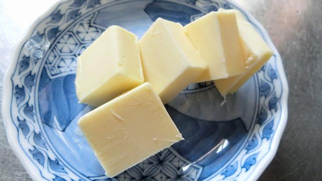 バターを常温に戻してやわらかくしておきます。