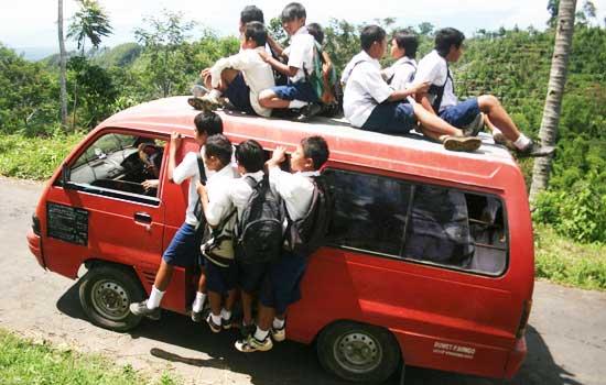 Angkot digerumuti anak SMP