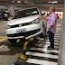 Carro sobe proteção no estacionamento do Midway