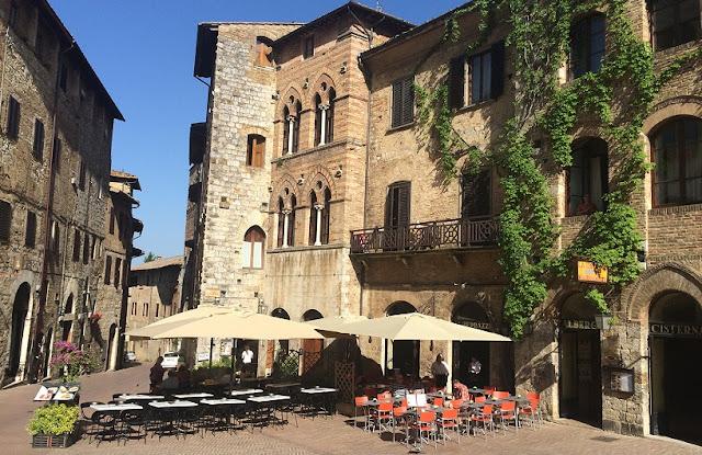 Informações sobre a Piazza della Cisterna em San Gimignano