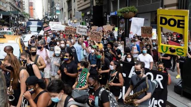 Profesores protestan contra la reapertura de los colegios en EEUU