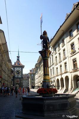 Fontana raffigurante l'orso simbolo di Berna