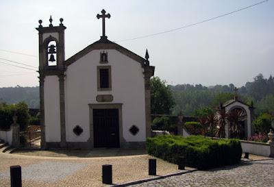 pequena capela branca