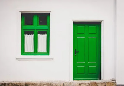 Foto imagem de uma casa branca com janelas verdes que ilustra o texto sobre tolerância no pagamento do aluguel.