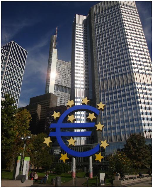 Eurotower e símbolo do euro em Frankfurt