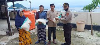 Kapolsek Pulau 9 Polres Sinjai Salurkan Beras Bantuan Mabes Polri Untuk Masyarakat