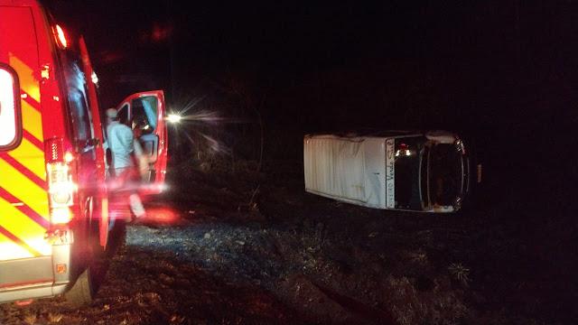 Van capota devido animais soltos na pista na BR 158 em Laranjeiras do Sul