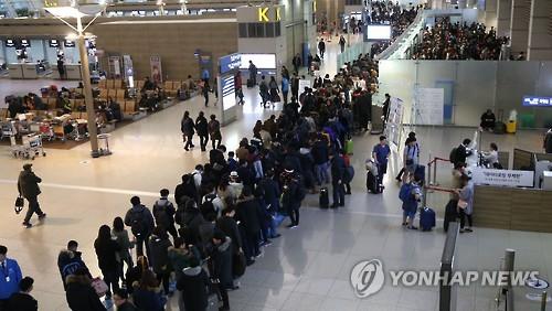 Viajeros haciendo cola en el Aeropuerto Internacional de Incheon