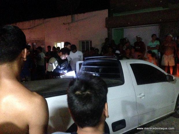 Assaltante em carro roubado é perseguido pela polícia e preso após bater com o veículo