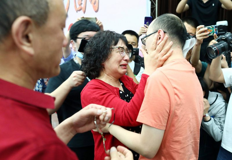 Emocionante reencuentro de padres chinos con su hijo desaparecido hace 32 años