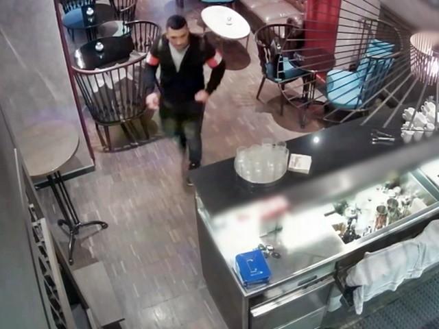 Bekéredzkedett egy terézvárosi bár mosdójába, majd ellopta a kasszát – A rendőrség keresi