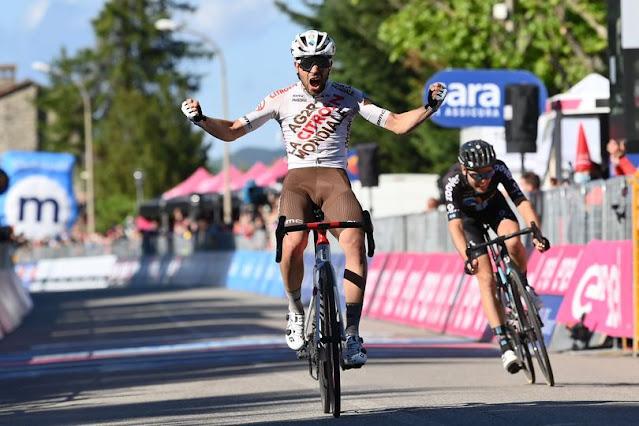 Andrea Vendrame comemora a vitória na 12ª etapa do Giro d'Italia