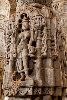 Figuras eróticas en El Templo de Chaumukha