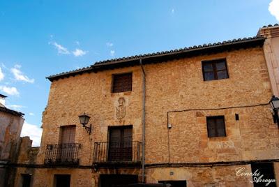 Majestuosa casa con balconadas y escudo que perteneció a D. Cristobal de Bermeo, mayordomo del Marques de Villena. Está ubicada como la mayoría de las casa señoriales en la calle Mayor.