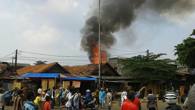 Kebakaran di klender toko mebel ludes