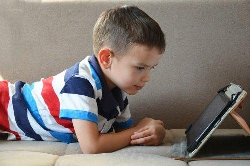 enfant-utilisant-une-tablette-pour-jouer