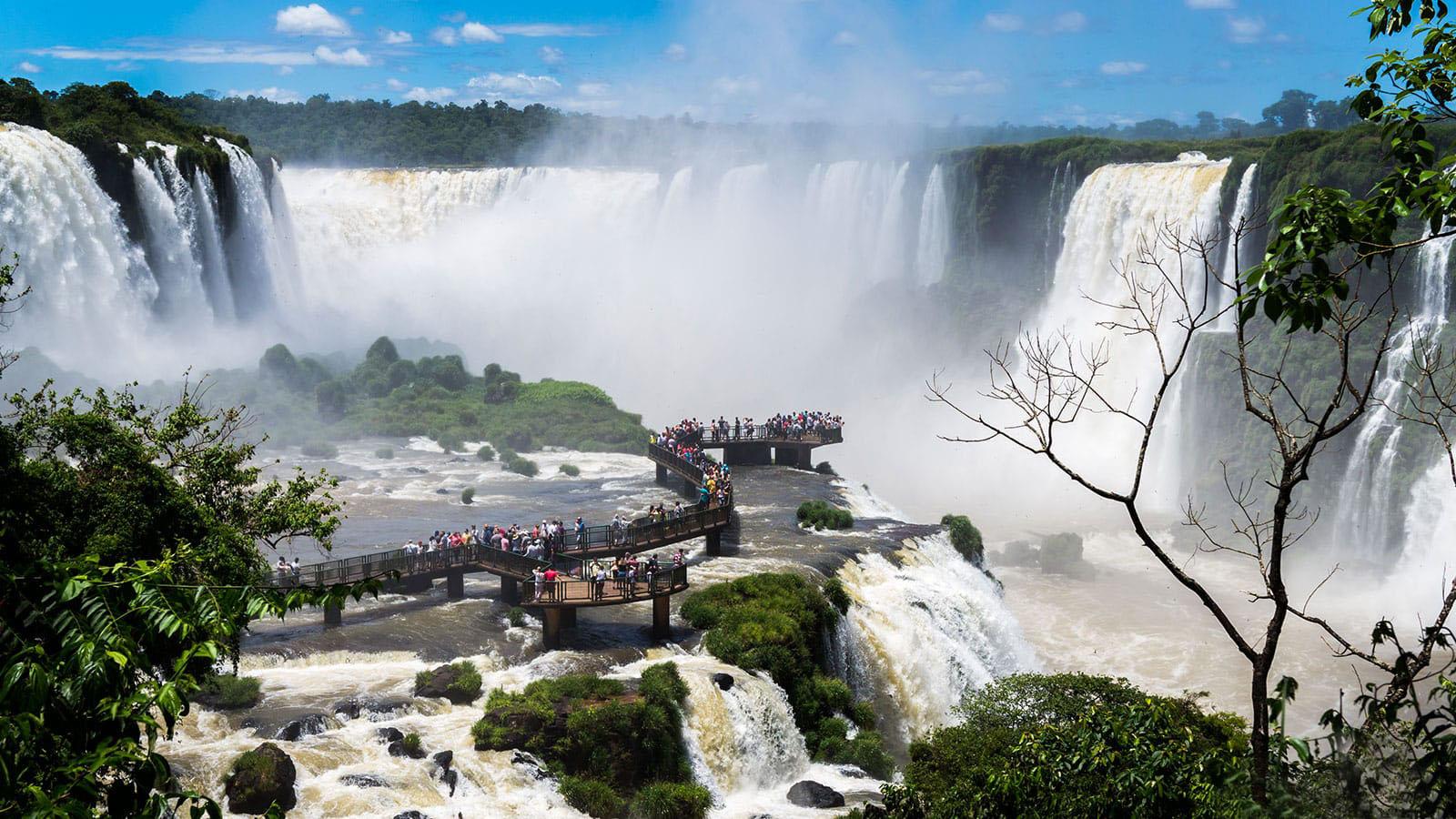 Тропа верхнего водопада в парке Игуасу в Аргентине