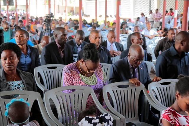 Rais Dkt. Magufuli pamoja na Mkewe Mama Janeth Magufuli wasali katika Kanisa la  Waadventista Wasabato la Magomeni jijini Dar es salaam
