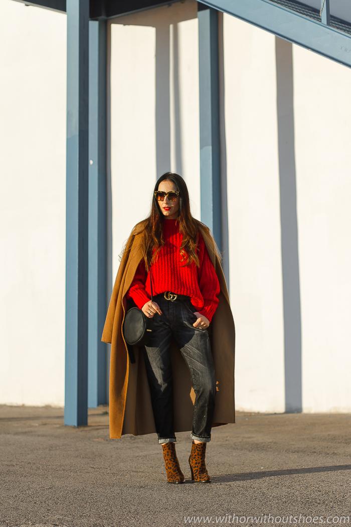 Influencer blogger valencia con look streetstyle estilo idea como combinar rojo con jeans vaqueros negros Meltin Pot con botines animal print abrigo camel