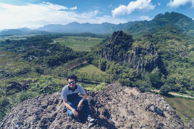 Foto prian jalan ke gunung sendirian