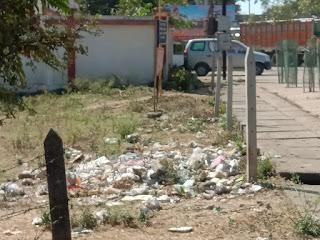 कचरा ही कचरा, सड़को पर उड़ रहा कचरा