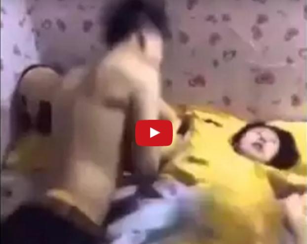 شاهد ماذا فعل هذا الزوج مع زوجته وهي نائمة استغل نومها العميق وفعل ما لا يمكن ان يفعله معها وهي مستيقظة