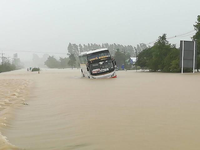Автобус съехал с дороги от плохой видимости