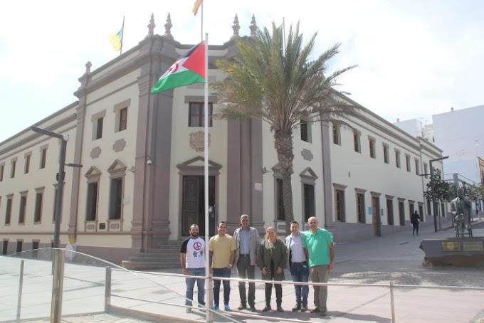 Proclamación de la RASD, izada la bandera saharaui en el exterior del Cabildo de Fuerteventura