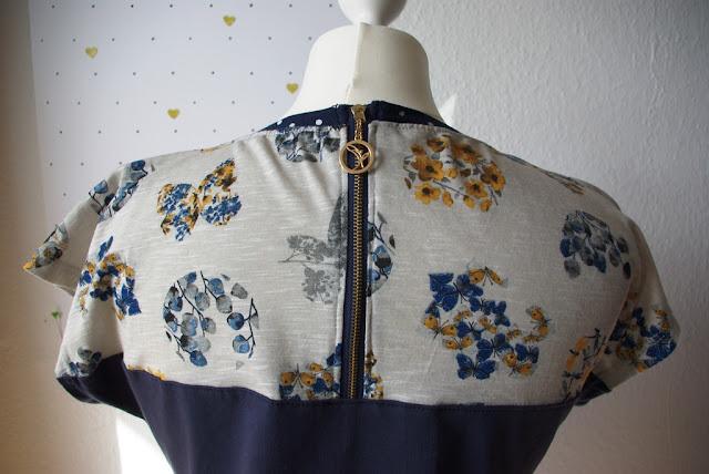 Details Reißverschluss am Rücken - Shirt Kimono Tee aus Jersey Blau mit Blumen Schnittmuster (Freebook) von MariaDenmark selbst genähtes Damen Oberteil