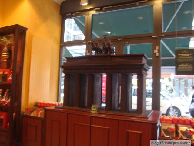 Portão de Brandenburg de chocolate na loja/cafeteria Fassbender & Rausch