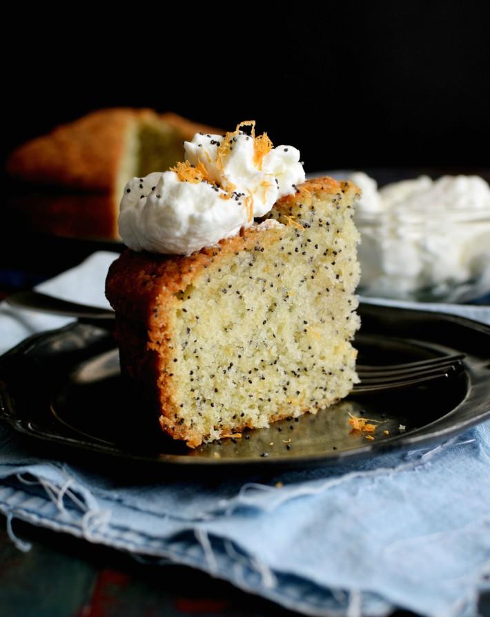 Torta con semillas de amapola y toronja, receta fácil. Porción presentada en un plato
