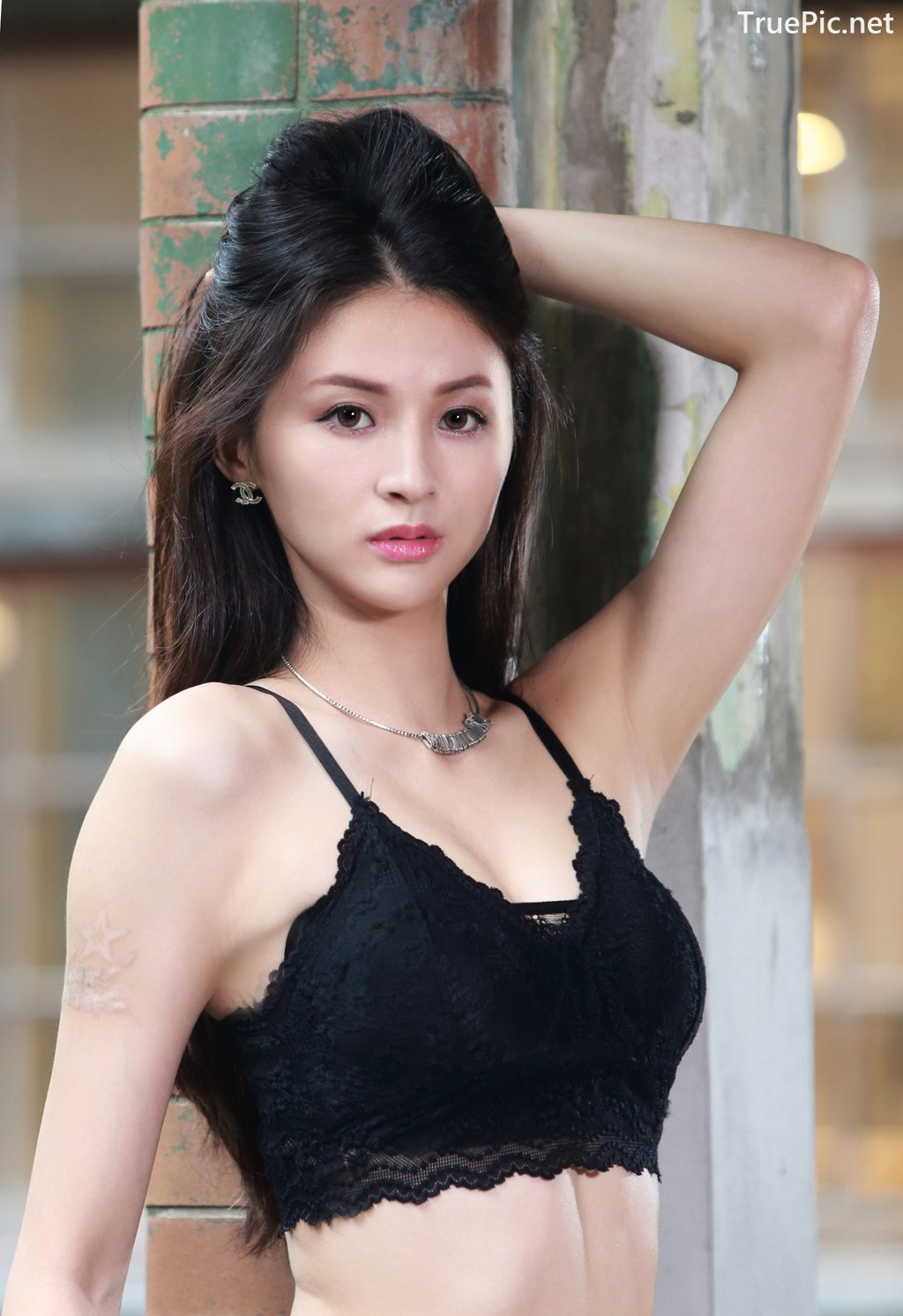 Image-Taiwanese-Beautiful-Long-Legs-Girl-雪岑Lola-Black-Sexy-Short-Pants-and-Crop-Top-Outfit-TruePic.net- Picture-24
