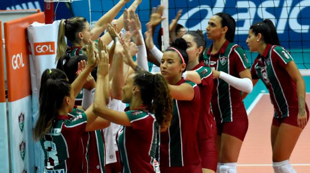 Atletas do tricolor carioca se cumprimentando após uma partida pela Superliga 2019/20