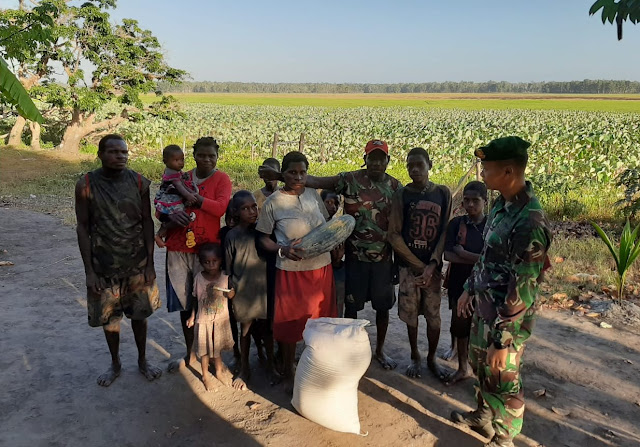 Enam Jam Lewati Rawa, Prajurit TNI Berikan Beras Di Pedalaman Papua