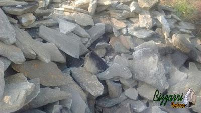 Chapas de pedra moledo para execução de pisadeira de pedra no jardim, para formar um conjunto de pedra sendo assentado na massa de cimento com juntas de 2 cm a 3 cm entre as pedras. Essas pisadeiras podem ser redondas, oval ou irregulares.