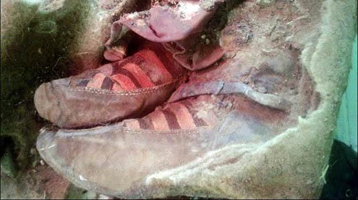 ¿Arqueólogos encuentran momia de 1.500 años de antiguedad en Mongolia vistiendo calzados Adidas?